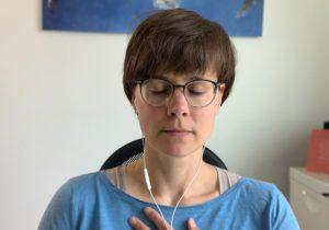 Sabrina Besic leitet den Bodyscan zu Beginn des Online-Coachings an.